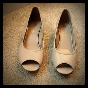 Used open toes beige 8M Naturalizer N5Contour